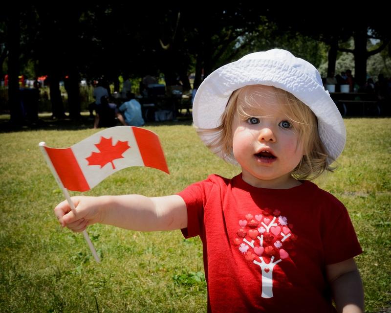 девочка с канадским флагом